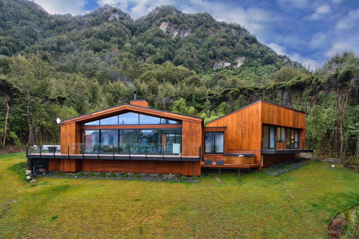 Beautifully crafted property in queenstown new zealand for Luxury homes for sale new zealand
