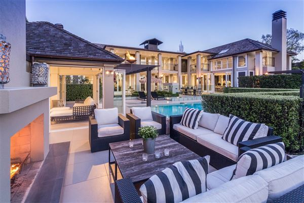 Sanctuary of modern luxury in auckland new zealand for Luxury homes for sale new zealand