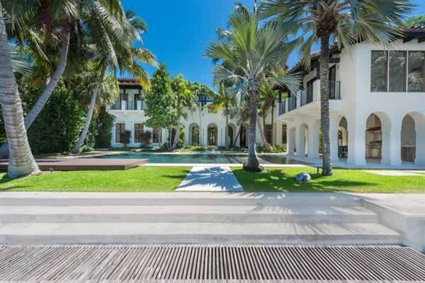 Spectacular miami beach modern mediterranean florida for Homes for sales in miami