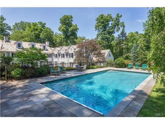 Classic new england colonial in greenwich connecticut for Luxury homes for sale in greenwich ct