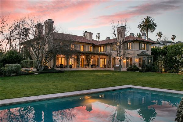 celebrity estate compound in los angeles - Big Mansions With Pools On The Beach