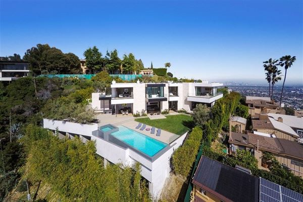 Sexy contemporary masterpiece california luxury homes for Mansions for sale in los angeles california