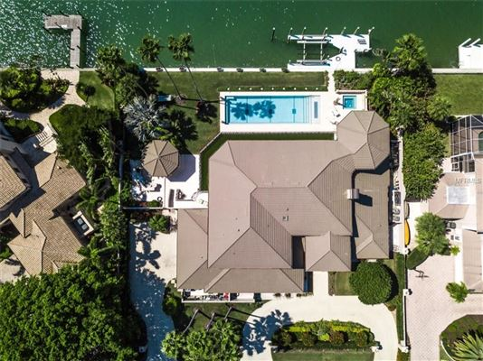 Mansions in incredibly elegant bayfront estate