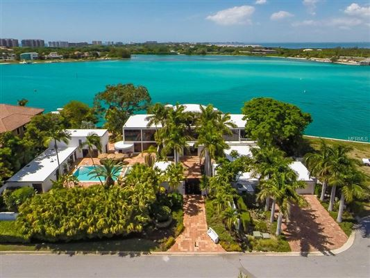 Mansions stunning waterfront location