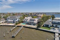 Mansions in luxurious bayfront home