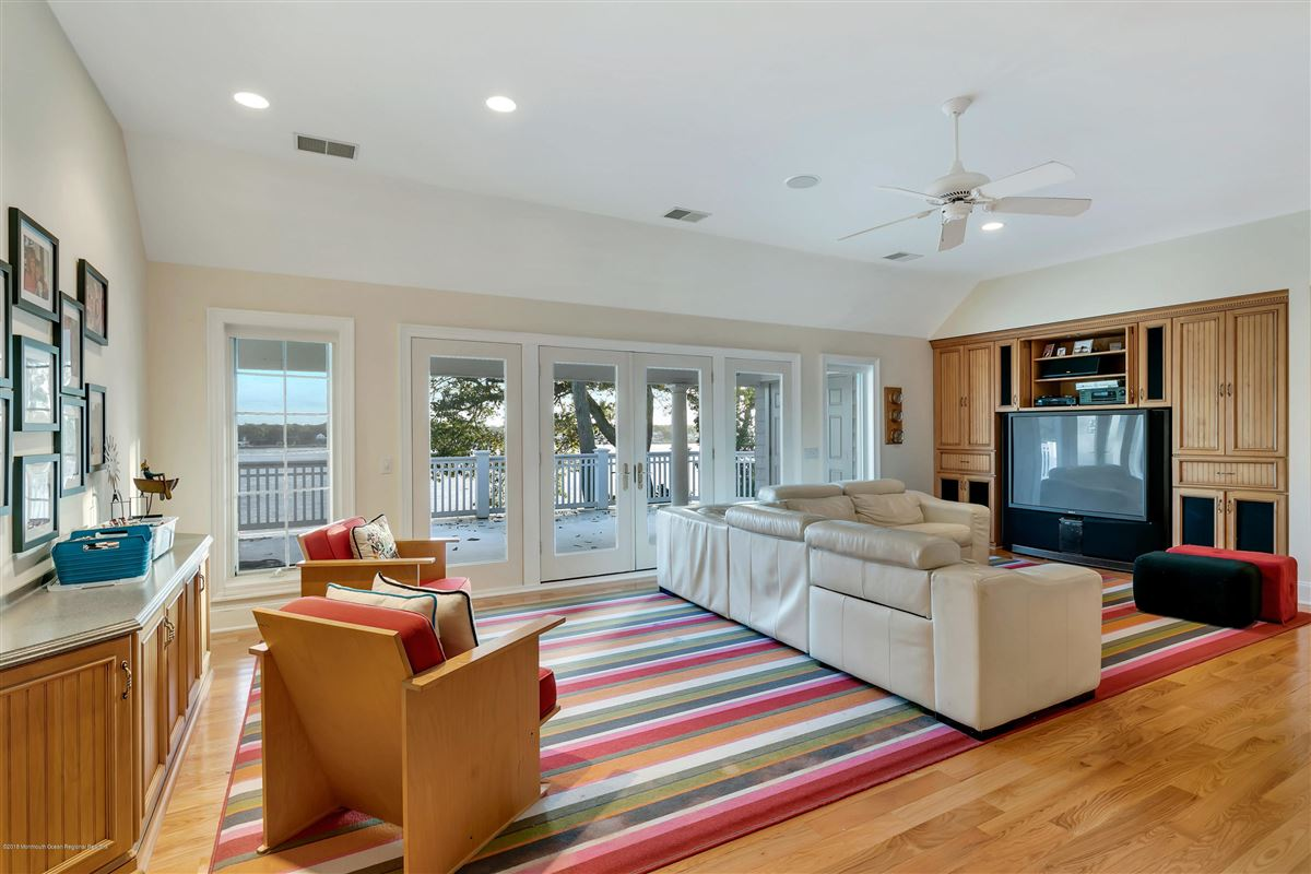 Mansions in unparalleled panorama on Manasquan River