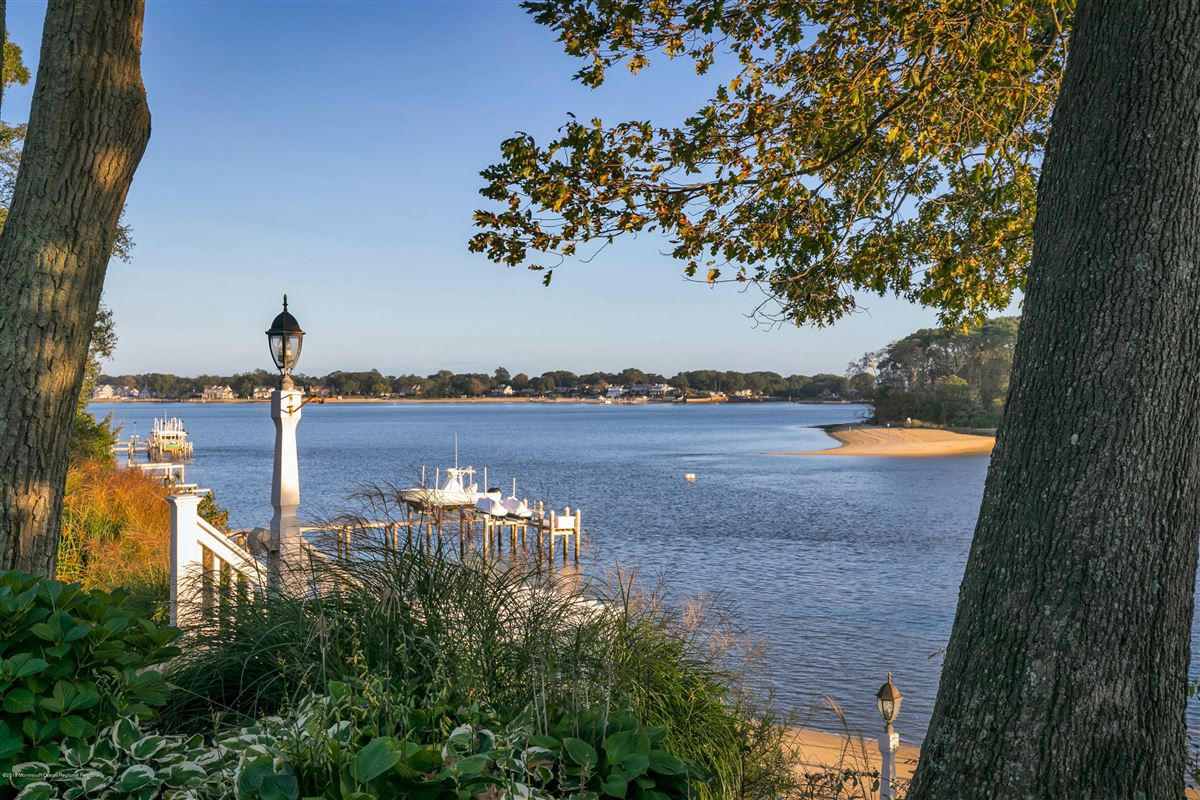Luxury homes in unparalleled panorama on Manasquan River