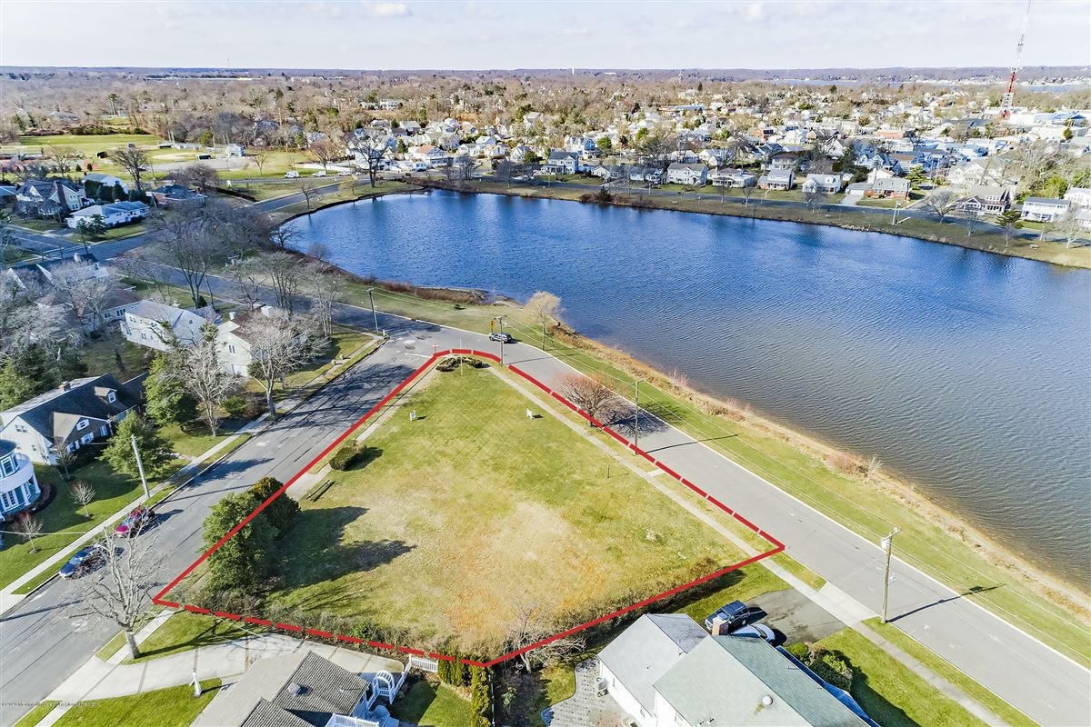 Mansions in Lakefront corner buildable lot