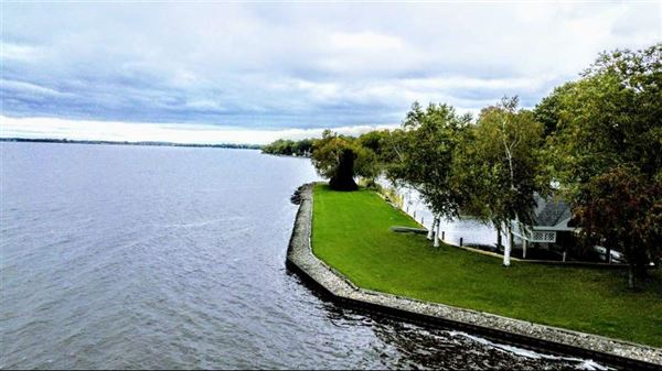 Luxury properties magnificent estate on Lake Butte des Morts