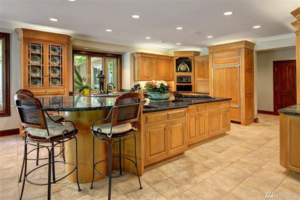 Mansions Exquisite craftsmanship in desirable Woodinville