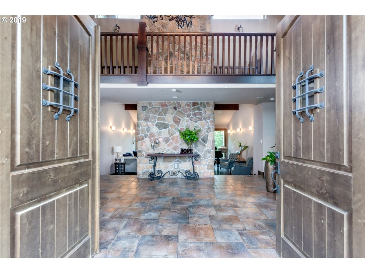 Luxury homes Gorgeous estate spanning over 10 private acres