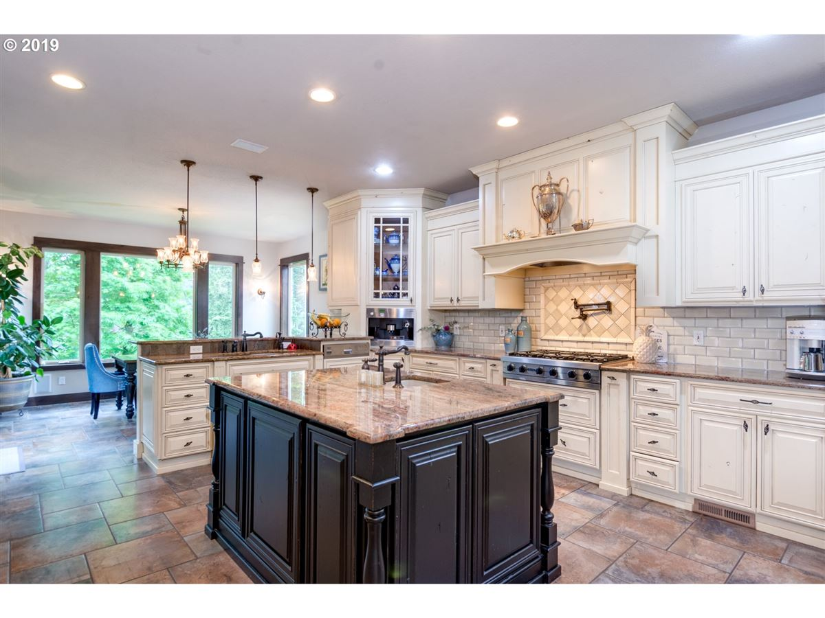 Luxury real estate Gorgeous estate spanning over 10 private acres