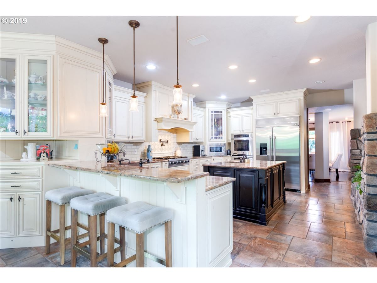 Gorgeous estate spanning over 10 private acres luxury properties