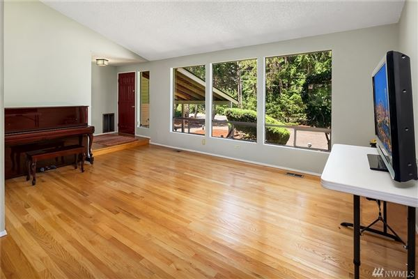 Luxury real estate four bedroom home in mercer island