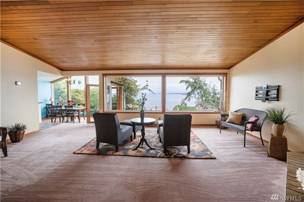 Mansions ENJOY YOUR MORNING COFFEE WITH PANORAMIC VIEWS OF THE SHIPPING LANES, DOWNTOWN SEATTLE AND MT. BAKER