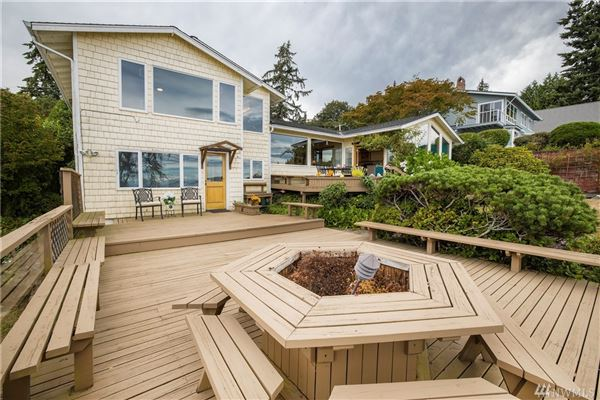 Luxury real estate ENJOY YOUR MORNING COFFEE WITH PANORAMIC VIEWS OF THE SHIPPING LANES, DOWNTOWN SEATTLE AND MT. BAKER