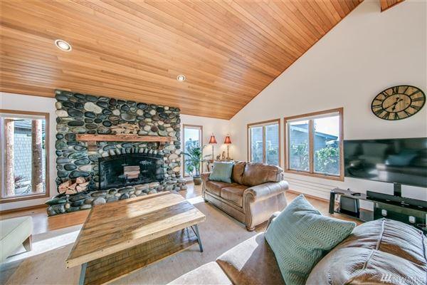 Luxury properties custom home in Lagoon Point Estates