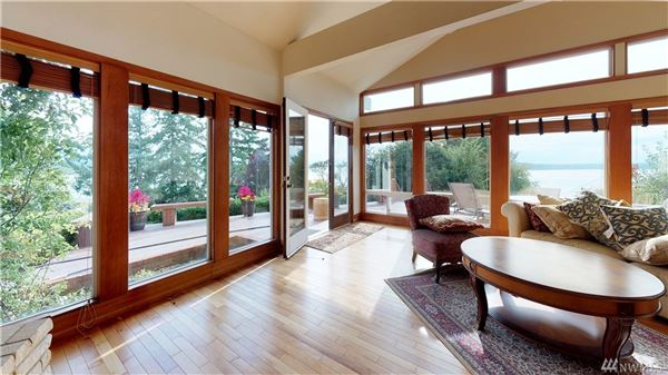 Mansions in Fantastic views of Puget Sound