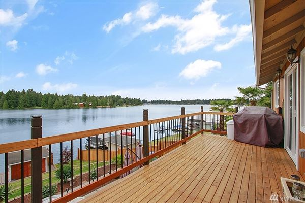 Luxury homes charming Lake Tapps waterfront home