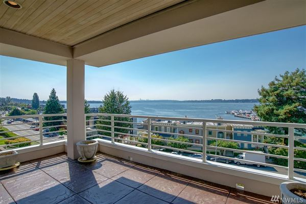 Exceptionally maintained luxury end unit luxury properties
