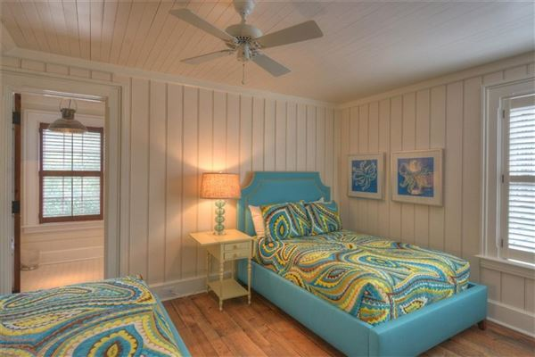 Luxury homes spacious and furnished cottage in convenient location