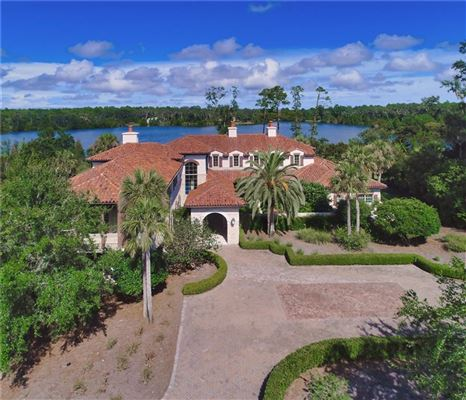 Luxury homes in a truly exceptional lake front property