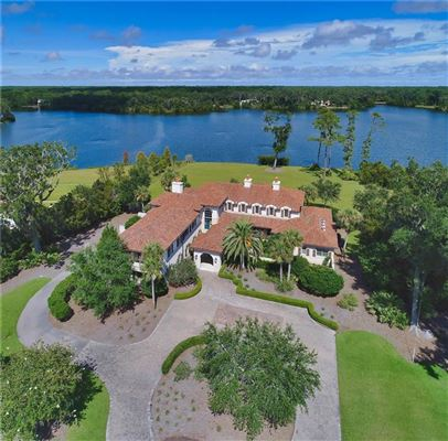 Mansions in a truly exceptional lake front property