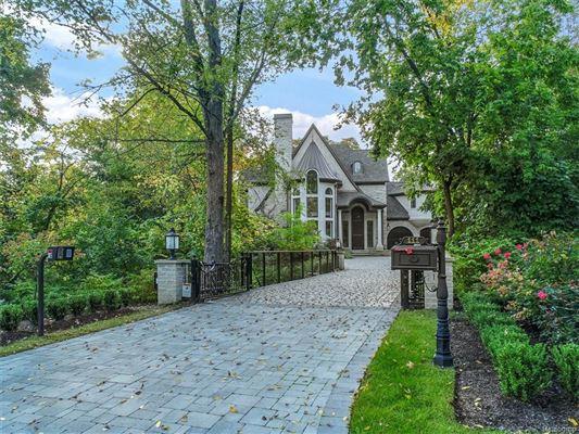 Luxury homes luxurious new home overlooks idyllic quarton lake