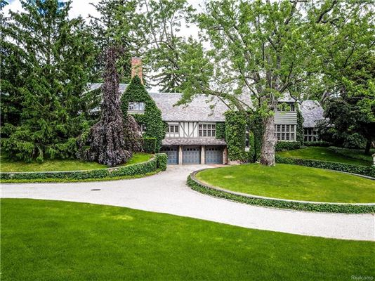 Mansions Landmark Wallace Frost home situated on 3.2 acres