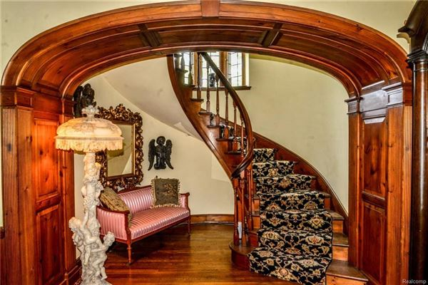 Luxury homes Cotswold Manor in prestigious Palmer Woods