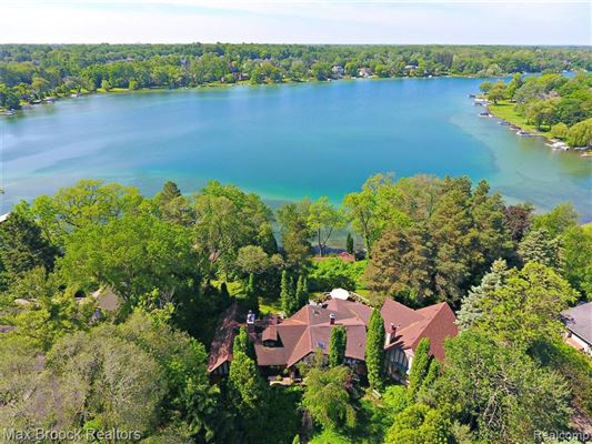 Luxury properties SPECTACULAR LAKEFRONT LIVING