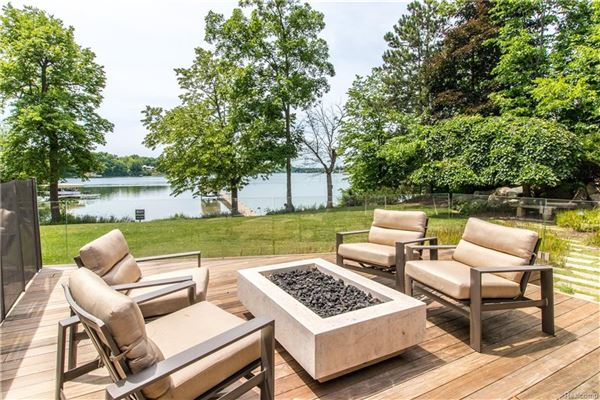 Mansions casually elegant luxury lakefront living