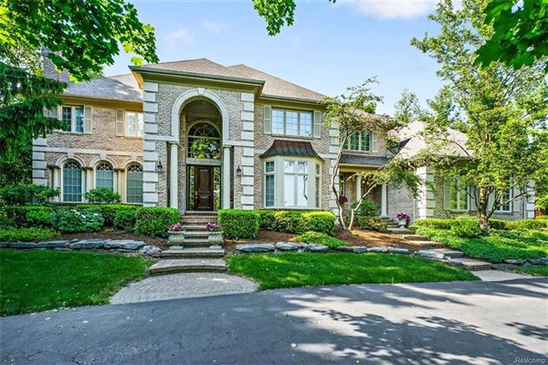 STATELY BLOOMFIELD HOME NESTLED ON A PRIVATE COURT