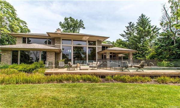 Luxury homes in Lakefront Luxury