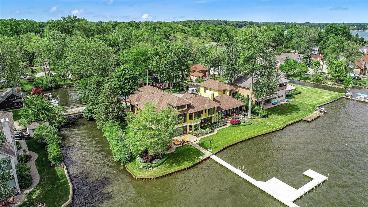 Mansions Completely remodeled waterfront home
