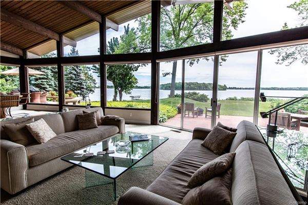 Luxury homes Lake and Country Club Lifestyle