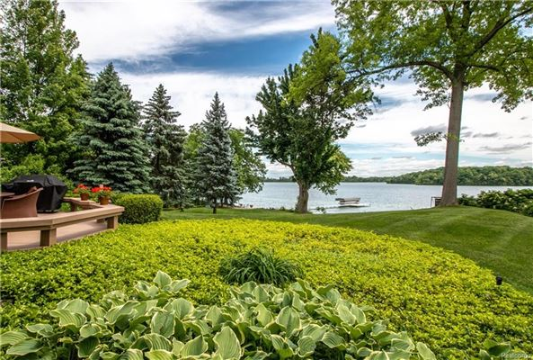 Lake and Country Club Lifestyle luxury homes