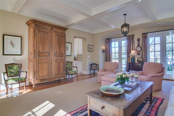 Luxury homes warm and inviting home on Walton Way
