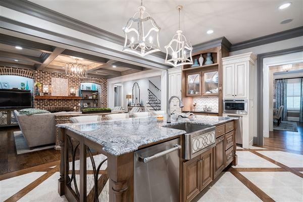 Stunning estate with high end finishes mansions