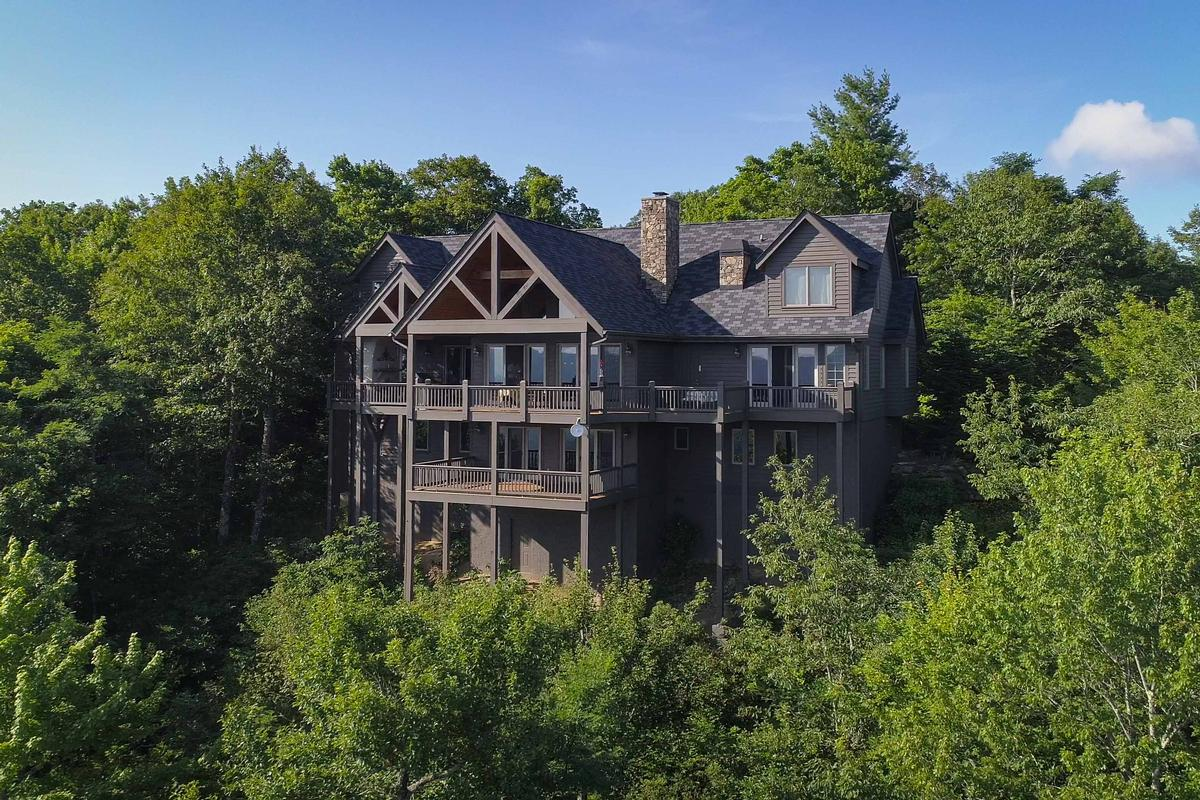 STUNNING MOUNTAIN ESTATE IN SAPPHIRE RIDGE luxury homes