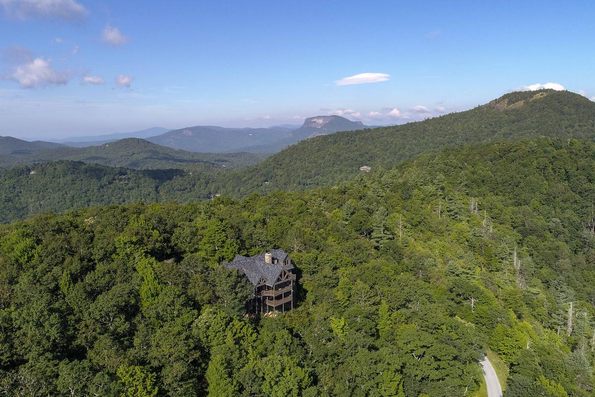 Luxury properties STUNNING MOUNTAIN ESTATE IN SAPPHIRE RIDGE