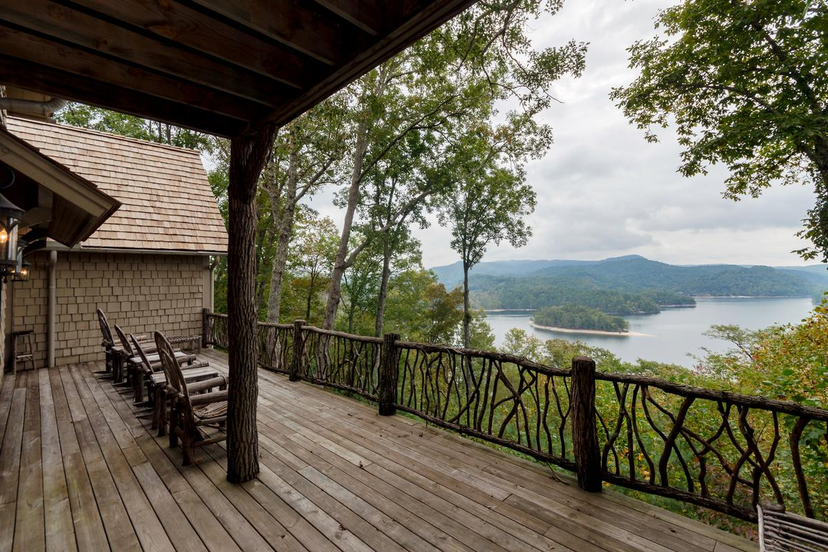 ESTATE HOME WITH STUNNING MOUNTAIN AND LAKE VIEWS luxury properties