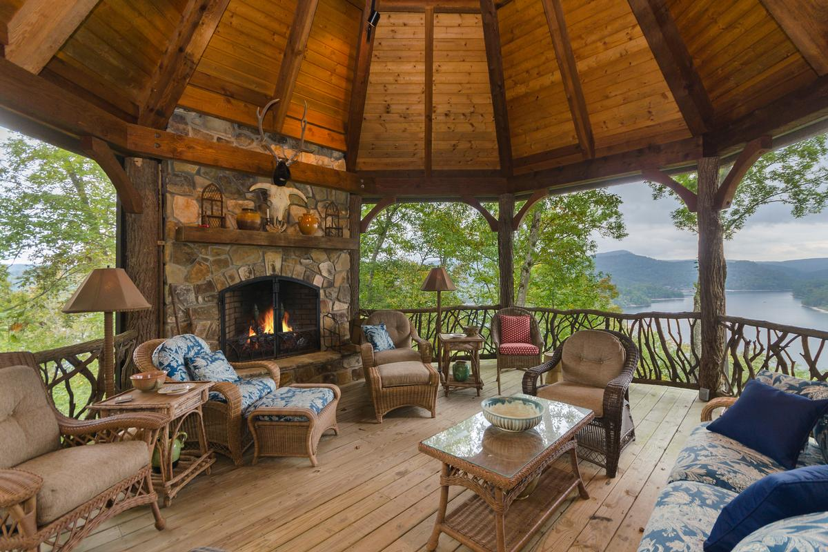 Luxury real estate ESTATE HOME WITH STUNNING MOUNTAIN AND LAKE VIEWS