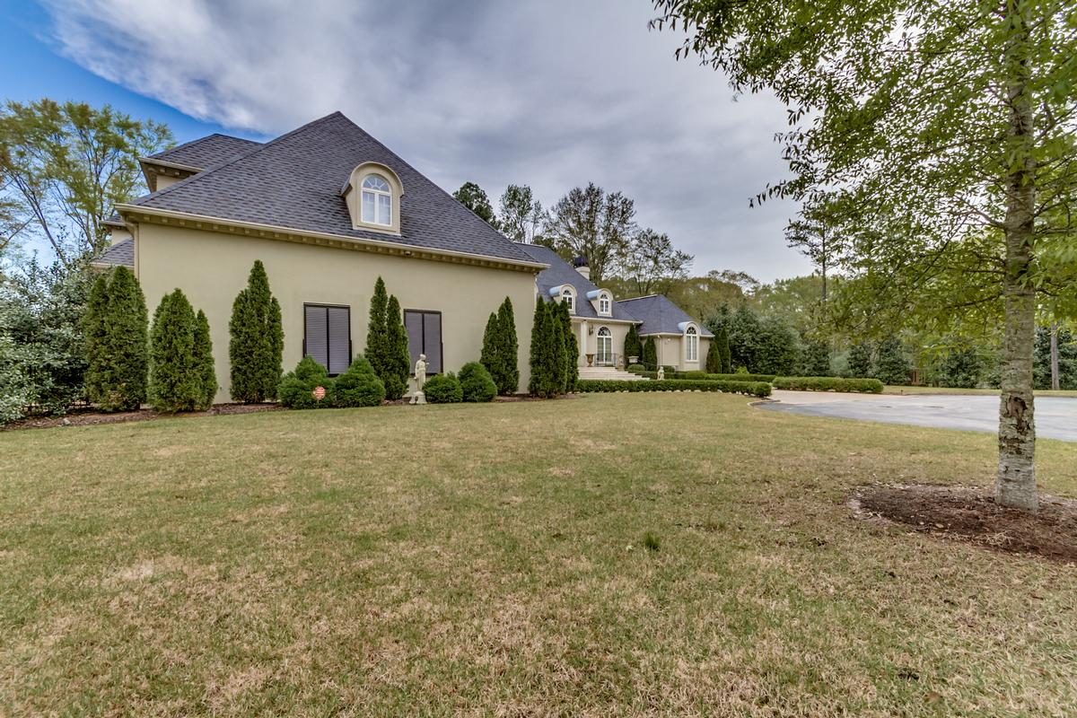Luxury homes Beautiful two acre estate