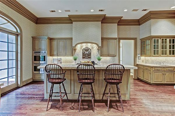 Mansions in gracious Southern plantation design