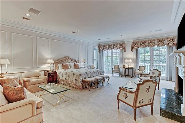 Luxury homes gracious Southern plantation style