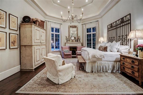 Luxury homes in European ambiance in a luxuriously-appointed setting