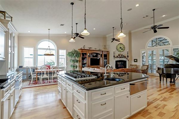 Luxury homes in custom hangar house - finest in aviation lifestyle