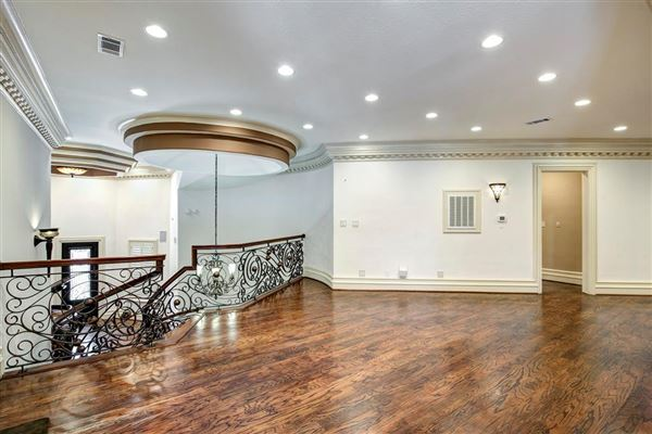 Luxury homes in sprawling mansion in desirable Rivercrest
