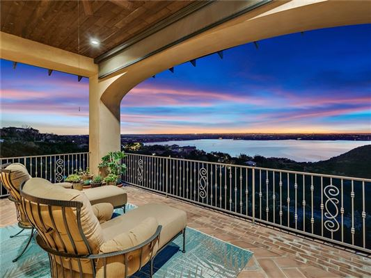 Mansions in exclusive enclave with endless views